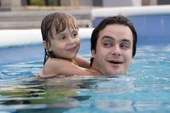 Pai e filha na piscina Imagens de Stock Royalty Free