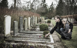 Pai e filha na sepultura Imagens de Stock Royalty Free
