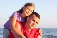 Pai e filha no mar. Fotografia de Stock Royalty Free
