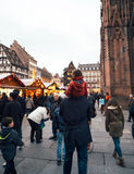 Pai e filha no mercado de passeio do Natal dos choulders Fotos de Stock Royalty Free