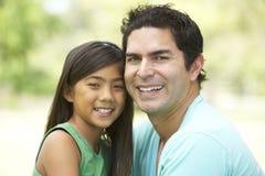 Pai e filha no parque Foto de Stock Royalty Free