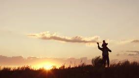 Pai e filha no por do sol Acenando suas mãos Movimento lento filme