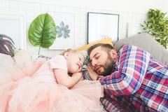 Pai e filha que dormem junto na cama foto de stock royalty free
