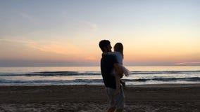 Pai e filha que gerenciem ao redor no por do sol vídeos de arquivo