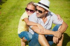 Pai e filha que jogam na grama foto de stock royalty free