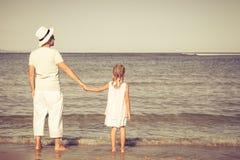 Pai e filha que jogam na praia Fotografia de Stock