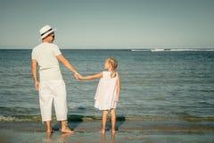 Pai e filha que jogam na praia Imagem de Stock