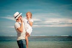 Pai e filha que jogam na praia imagens de stock