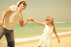 Pai e filha que jogam na praia fotos de stock royalty free
