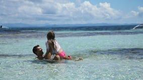 Pai e filha que jogam no mar filme