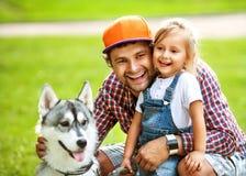 Pai e filha que jogam no parque fotos de stock royalty free