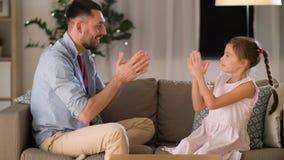 Pai e filha que jogam o jogo de aplauso em casa vídeos de arquivo