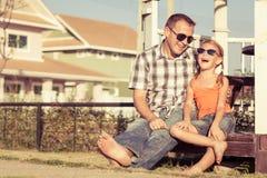 Pai e filha que jogam perto da casa no tempo do dia Imagem de Stock Royalty Free