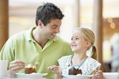 Pai e filha que têm o almoço junto Fotografia de Stock Royalty Free
