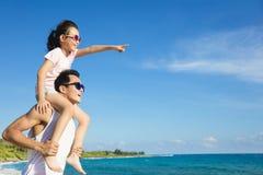 Pai e filha que têm o divertimento na praia Imagens de Stock