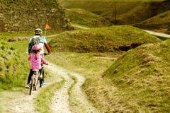 Pai e filha que vão na bicicleta Foto de Stock Royalty Free