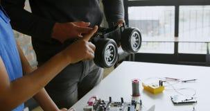 Pai e filha que verificam um carro bonde 4k vídeos de arquivo