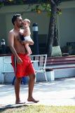 Pai e filha walkin pela piscina Fotografia de Stock Royalty Free