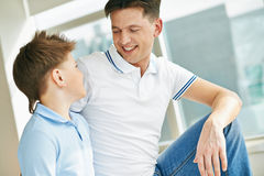 Pai e filho alegres Fotos de Stock
