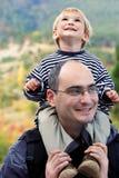 Pai e filho ao ar livre Fotografia de Stock Royalty Free