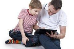 Pai e filho com o computador. Imagem de Stock
