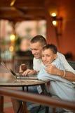 Pai e filho com portátil Foto de Stock