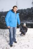 Pai e filho com um pequeno trenó Foto de Stock Royalty Free