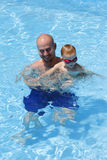 Pai e filho de sorriso na piscina foto de stock royalty free