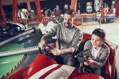 Pai e filho de sorriso no centro do divertimento fotos de stock
