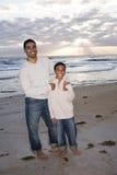 Pai e filho do African-American na praia fotos de stock