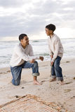 Pai e filho do African-American que jogam na praia fotos de stock