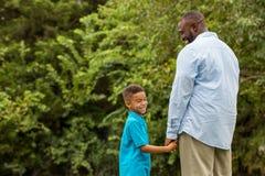 Pai e filho do americano africano imagem de stock royalty free