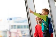 Pai e filho do curso da família no aeroporto Imagem de Stock
