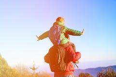 Pai e filho em ombros no céu Fotos de Stock