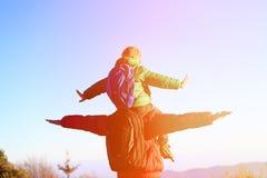 Pai e filho em ombros no céu Imagem de Stock Royalty Free