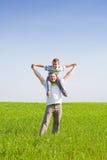 Pai e filho em um campo de trigo Imagens de Stock Royalty Free