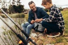 Pai e filho em uma viagem do lazer ao lago imagens de stock royalty free