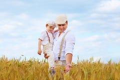 Pai e filho, fazendeiros no campo de trigo imagens de stock