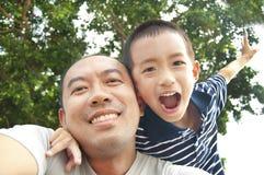 Pai e filho felizes imagem de stock