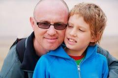 Pai e filho fora imagem de stock