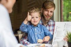Pai e filho junto no café Família Pai e filho Imagem de Stock