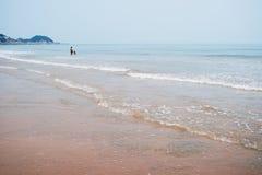 Pai e filho longe na praia imagens de stock