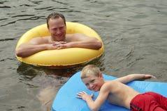 Pai e filho na água Fotografia de Stock Royalty Free