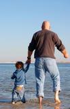 Pai e filho na costa fotos de stock
