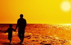 Pai e filho na praia Fotos de Stock Royalty Free