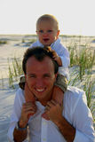 Pai e filho na praia Fotografia de Stock