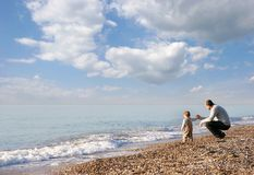 Pai e filho na praia Imagens de Stock Royalty Free