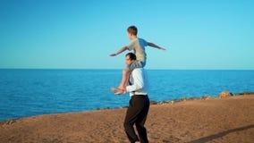 Pai e filho na praia no por do sol filme