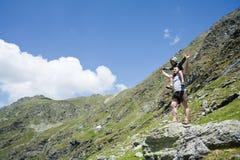 Pai e filho nas montanhas Fotografia de Stock