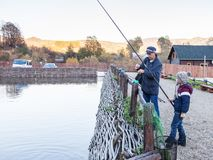 Pai e filho no desengate de pesca foto de stock